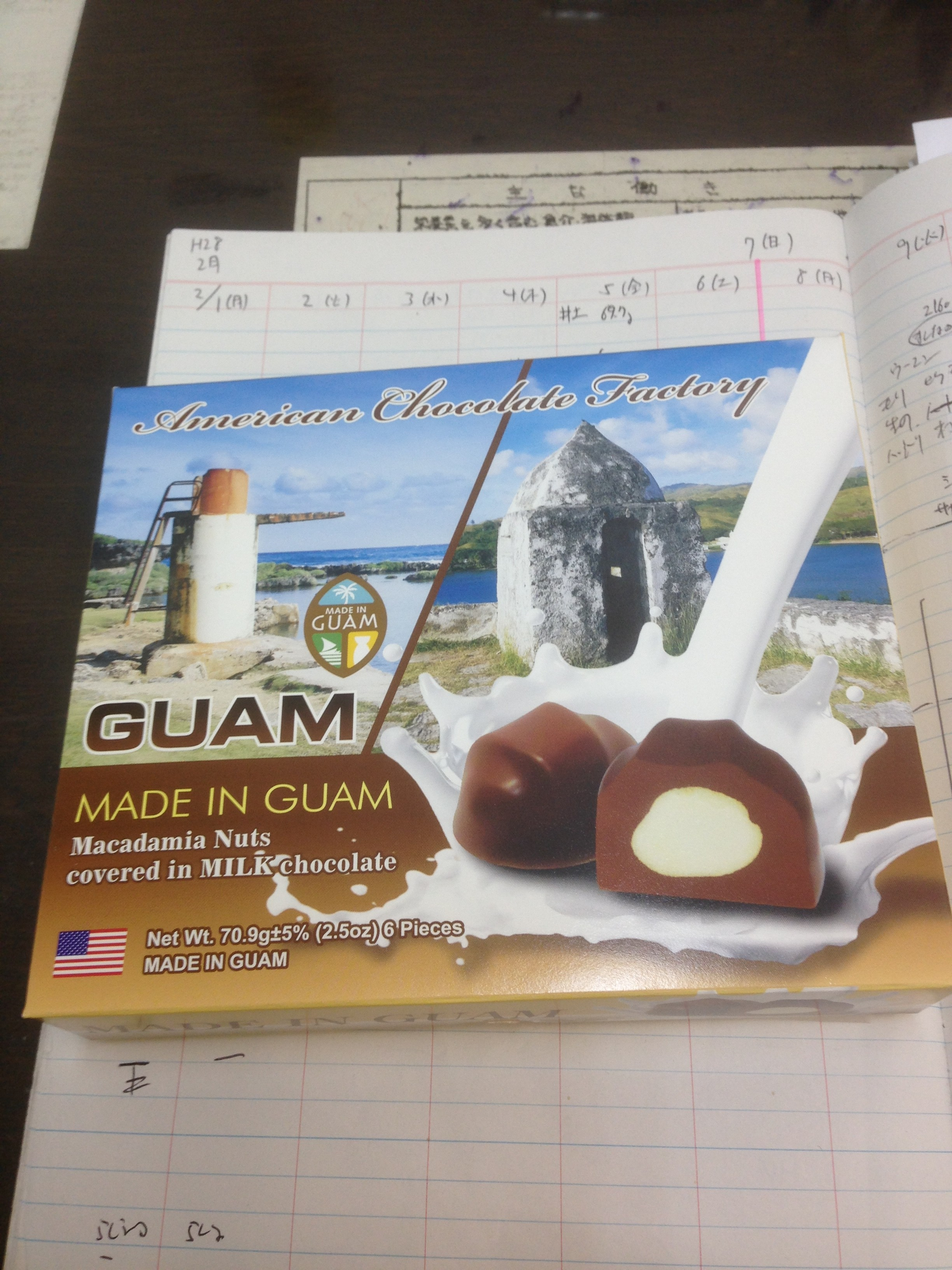 グァムのチョコとお饅頭頂きました。マカダミアチョコの一個のカロリーは65kcal。